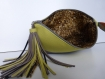 Pochette verte marron en simili cuir vert anis et marron glace et son pompon assorti