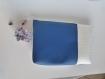 Pochette bleu blanche similicuir bleu - bulgomme blanc - tissu fleuri - pompon en tissu et sa chaine et breloque