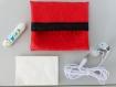 Mini pochettes  en simili cuir rouge  motif tÊte de mort gansee de noir au mÊme motif