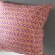 Housse de coussin; motifs géométriques roses et jaunes