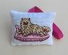 Petit coussin chat parfumé - brodé à la main - chat persan beige - senteur lavande - en tissu coton - fait main - décoration cadeau femme