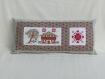 Coussin d'intérieur - coussin décoratif - style campagnard - en tissu - broderie à la main - chalet de campagne et cœurs - 48 cm x 22 cm