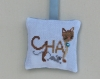 Coussinet brodé chat marron et souris - coussin parfumé lavande - tissu coton - broderie fait main - décoration murale - cadeau fête femme