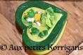 Boîte à secrets - bébé fille avec robe verte et jaune