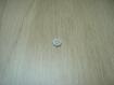 Cinq boutons en pate de verre blanche en creux   17-20  +1