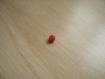 Deux perles en plastique rouge 7 mm    25-69