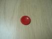 Bouton rouge creux avec rebord décoré   22-80