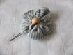 Fleur tissu gris et blanc 7cm avec épingle à chignon et perle en bois clair