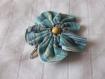 Barrette fleur en tissu bleu rayé de 7cm avec une pince clip et perle en bois clair