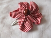 Barrette fleur en tissu rouge et blanc rayé de 10m avec une pince clip et perle en bois foncé
