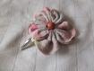 Barrette fleur en tissu rose pale de 7cm avec une pince clip et perle en bois rosé