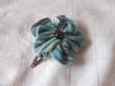 Barrette fleur en tissu bleu de 5cm avec une pince clip et perle en bois foncé