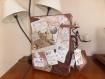 Urne de mariage sous forme de valise réalisée en carton et totalement customisée dans le thème que vous aurez choisi.