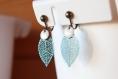 Boucles d'oreilles clips bleu canard, feuille filigrane, sequin émaillé blanc, idée cadeau, fait main, anniversaire