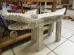 Petit tabouret décoratif en bois forme crocodile patiné main 33x66 cm