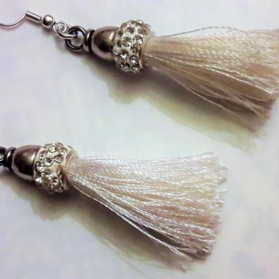 Boucles d'oreille avec pompon blanc /rondelle strass/crochets argent 925