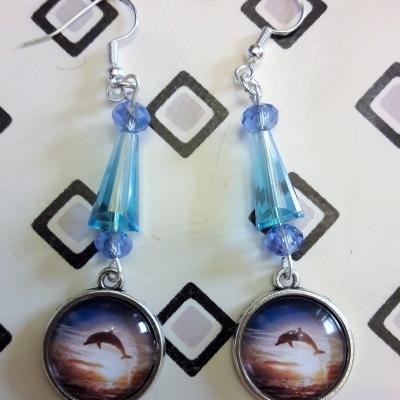 Boucles d'oreille avec cabochon en verre dauphin/perles facettes bleues en verre
