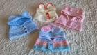 Petites cagoules tricotées aux aiguilles en laine