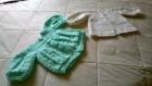 Petites   brassieres      tricotées en laine et petits chaussons   et un bonnet