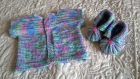 Petit gilet de naissance et ces petits chaussons  tricotés en laine