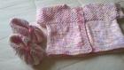 Nouveau petit gilet et ses petits chaussons assortis tricotés en laine aux aiguilles