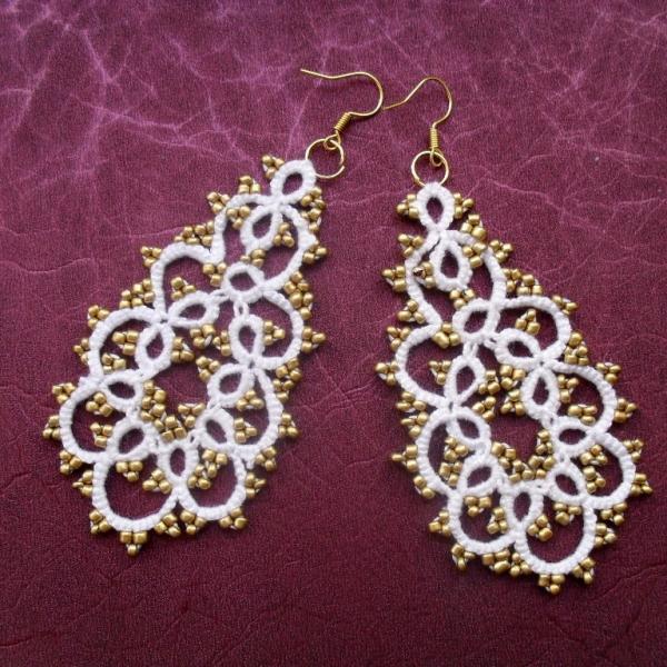 5a686763a Boucles d'oreille dentelle blanche avec perles doré , boucles d'oreille  dentelle frivolite , bijoux faite main, bijoux crochet,