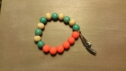 Bracelet avec perles fluo