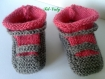 Chaussons bébé tricotés en trois mois gris et rose