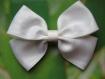 Barrette métal 7 cm avec gros noeud papillon en tissu satin moiré blanc