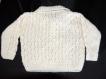 Petit pull polo blanc à motifs bébé tricoté main taille 9 mois
