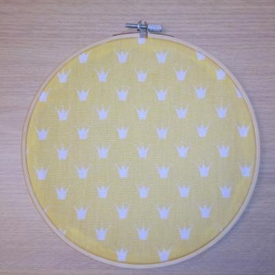 Tableau tissu jaune couronnes