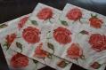 Très jolie serviette en papier boutons de roses rouges amour amore