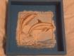 Plateau carré en bois peint en bleu et décorer dauphin en serviettage