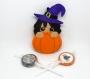 Décoration d'halloween, sorcière dans une citrouille, fait main en feutrine à suspendre
