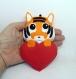 Peluche tigre, mignon, dans un coeur rouge, à suspendre, en feutrine, fait main