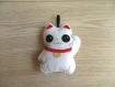 Porte-bonheur japonais, chat maneki neko, en feutrine cousue à la main