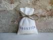 Etui à dragées en lin ivoire personnalisé, ballotin à dragées avec inscription bleu marine et lien en lin