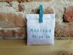 Ballotin à dragées en lin blanc personnalisé, étui à dragées en lin blanc avec inscription bleu turquoise et pince à linge turquoise motifs étoiles
