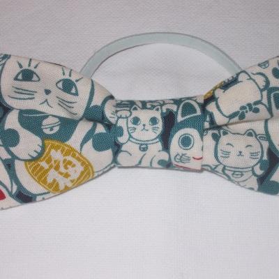 Noeud en tissu japonais fond bleu et chats
