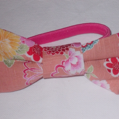 Noeud en tissu japonais fond rose et fleurs