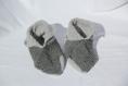 Chaussons en laine gris clair et gris foncé au crochet taille 33-34