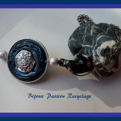 Collier réalisé avec des capsules de café nespresso bleues