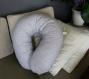 Coussin de maternité coton gris et blanc chevron