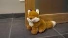 Cale porte renard en peluche.