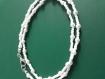 Un collier de perles en cristal blanc et perles de rocailles rondes de couleur blanche