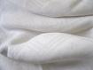 Une nappe en lin damassée damier d'une belle qualité assez épaisse avec un petit monogramme rouge.