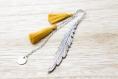 Marque page plume pompons jaune moutarde et petit rond argentée cadeau fête des mères, cadeau noël, cadeau original