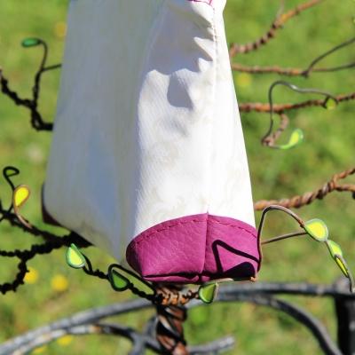 Pochette zippée, trousse maquillage, …  en toile cirée blanche motifs baroque, entièrement doublée  – création artisanale
