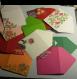 Set de 10 mini enveloppes cadeau ; fonds de couleur divers blanc ,rouge, ivoire, violet…. motifs floraux ajoutés.papeterie décorative