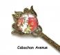 B3.342 bijou femme pivoines rouge sakura marque page ouvre-lettres coupe papier fleurs bijou fantaisie bronze cabochon verre feuilles vertes fleurs d'asie asiatique chine chinoise japon japonaise